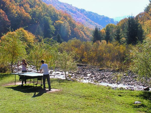 Cabana 1 tenis de masa in aer liber toamna pe Valea Iadului