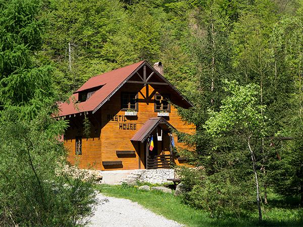 Pensiunea Rustic House - Cabana 1 primavara pe Valea Iadului