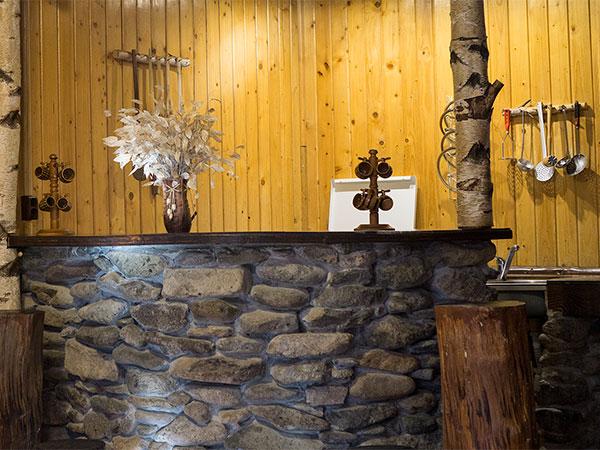Pensiunea Rustic House - Cabana 1 sufragerie bar bucatarie