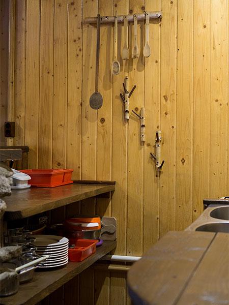 Pensiunea Rustic House - Cabana 1 bucatarie farfurii tacamuri