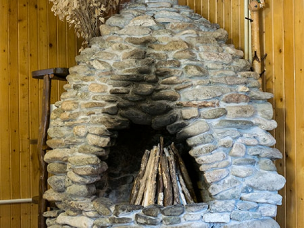 Pensiunea Rustic House - Cabana 1 sufragerie semineu piatra foc lemn