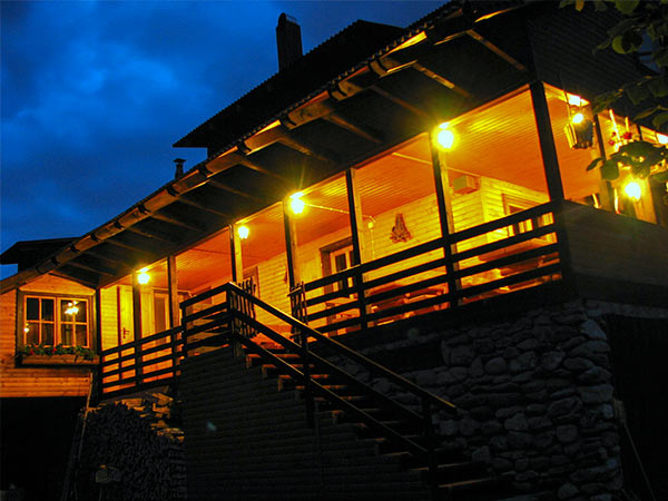 Pensiunea Rustic House - Cabana 2 terasa noaptea