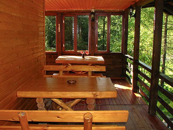 Pensiune Rustic House - terasa si loc de luat masa in Cabana 2