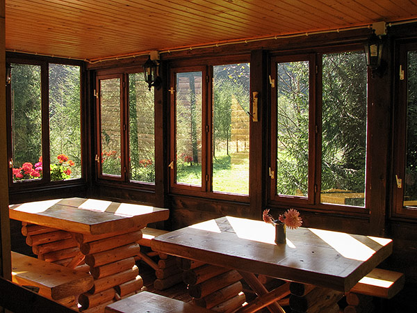 Pensiune Rustic House Bihor - Cabana 2 terasa loc de luat masa
